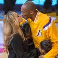 Kobe Bryant embrasse sa femme Vanessa avant un match des Lakers contre Oklahoma City Thunder au Staples Center de Los Angeles, le 19 novembre 2014.