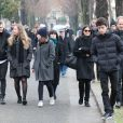 Albert Koskas, Christopher Thompson avec sa compagne Géraldine Pailhas et leurs enfants, Nicolas Messica (arrière petit-fils de Michèle Morgan) lors des obsèques de Michèle Morgan,enterrée au côté de son compagnon Gérard Oury, au cimetière du Montparnasse. Paris, le 23 décembre 2016.