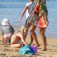 Exclusif - Jessica Alba, en bikini, et ses filles lors de leurs vacances à Hawaï avec des amis le 1er janvier 2017.