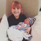 Pink maman : Une photo adorable de son bébé, câliné par sa fille
