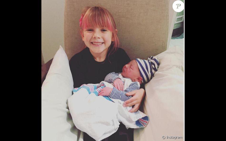 b699f2c2aafe4 Willow tient son petit frère Jameson dans ses bras. Instagram