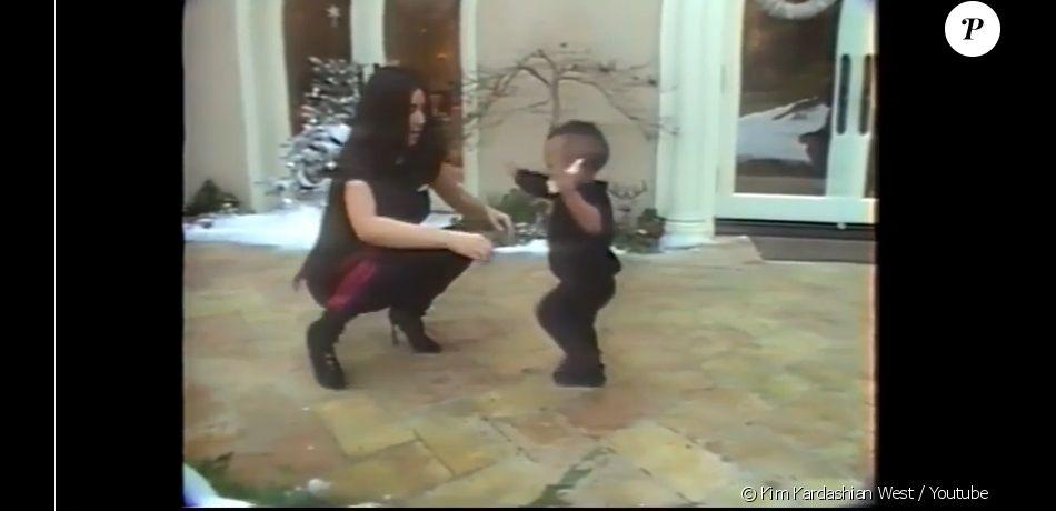 Kim Kardashian observant son fils Saint (1 an) en train de faire ses premiers pas dans une nouvelle vidéo de famille publiée le 3 janvier 2017 sur son site internet officiel