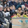 Maïa Barouh (fille de Pierre Barouh) et sa mère Atsuko Ushioda (femme de Pierre Barouh), Francis Lai lors de la cérémonie religieuse en hommage à Pierre Barouh au cimetière de Montmartre à Paris le 4 janvier 2017.