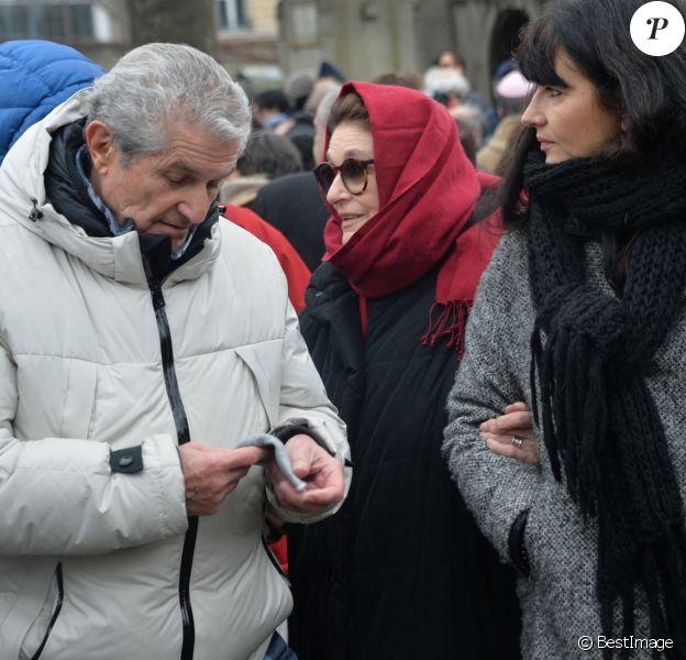 Claude Lelouch, Anouk Aimée et Valérie Perrin lors de la cérémonie religieuse en hommage à Pierre Barouh au cimetière de Montmartre à Paris le 4 janvier 2017.