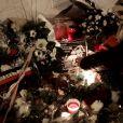 """""""Recueillement devant les locaux Charlie Hebdo, 10 de la rue Nicolas-Appert à Paris, le 7 janvier 2016, jour pour jour un an après l'attentat au siège de Charlie Hebdo, qui a fait 11 victimes."""""""