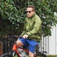 Exclusif - Arnold Schwarzenegger fait du vélo à Santa Monica avec une attelle à la jambe droite le 12 décembre 2016.  Actor Arnold Schwarzenegger goes for a bike ride in Santa Monica, California on December 12, 2016. He wore a splint on his right leg, but didn't seemed phased as he kept pace with his friend that he was out with.NO USE W/O PRIOR AGREEMENT - CALL FOR PRICING12/12/2016 - Santa Monica