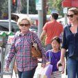 Katherine Heigl enceinte fait du shopping avec sa mère Nancy Heigl, sa fille Nancy Kelley, son mari Josh Kelley et son autre fille Adelaide à Glendale, le 23 octobre 2016