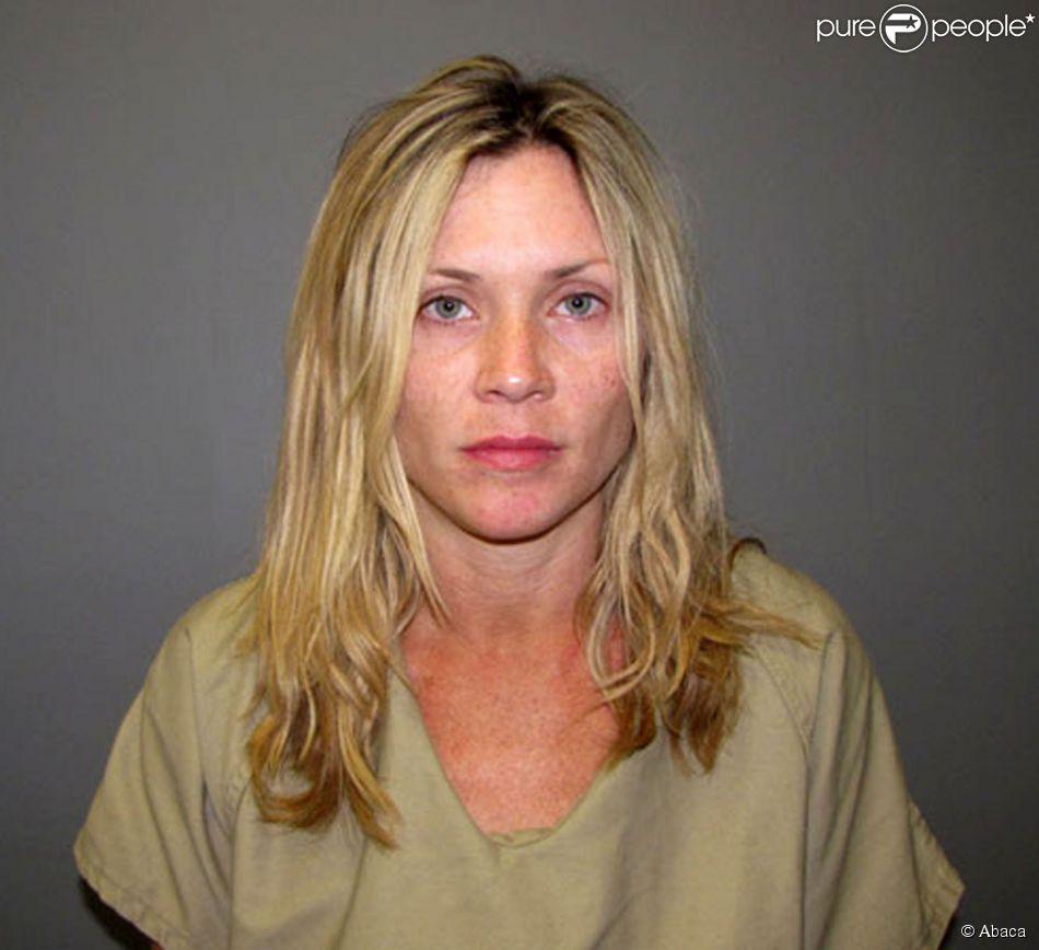 Amy Locane-Bovenizer arrêtée en 2010 dans le New Jersey pour avoir causé la mort d'une femme dans un accident de voiture alors qu'elle roulait ivre.
