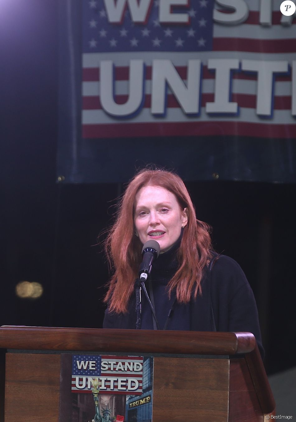 "Julianne Moore à la tribune lors du rassemblement anti-Trump ""We Stand United"" devant le Trump International Hotel & Tower à New York, le 19 janvier 2017."