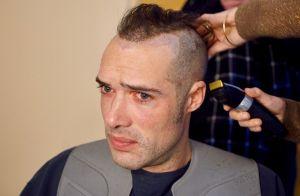 Nicolas Bedos métamorphosé avec le crâne rasé :