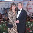 John Hurt et sa femme Anwen sur le tapis rouge de la Mostra de Venise le 5 septembre 2011. L'acteur britannique, fameux pour ses rôles dans Midnight Express, Alien, Elephant Man ou encore Harry Potter, est mort le 25 janvier 2017 à son domicile dans le Norfolk, des suites d'un cancer du pancréas.