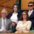 John Hurt et sa femme Anwen Rees-Myers à Wimbledon le 9 juillet 2016. L'acteur britannique, fameux pour ses rôles dans Midnight Express, Alien, Elephant Man ou encore Harry Potter, est mort le 25 janvier 2017 à son domicile dans le Norfolk, des suites d'un cancer du pancréas.