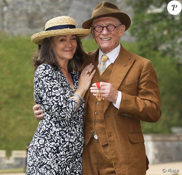 John Hurt et sa femme Anwen Rees-Myers le 17 juillet 2015 au château de Windsor, après que l'acteur britannique a été anobli par la reine Elizabeth II. Sir John Hurt, fameux pour ses rôles dans Midnight Express, Alien, Elephant Man ou encore Harry Potter, est mort le 25 janvier 2017 à son domicile dans le Norfolk, des suites d'un cancer du pancréas.