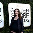 Saffron Burrows, enceinte, sur le tapis rouge des 74e Golden Globes à Los Angeles le 8 janvier 2017. L'actrice a accouché le 23 janvier d'une petite Daisy.