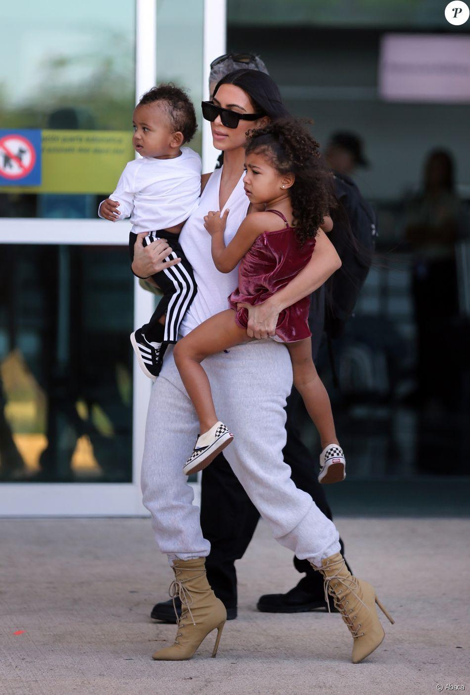 Kim Kardashian et ses deux enfants North et Saint West quittent le Costa Rica. Liberia, le 30 janvier 2017.