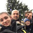 Thierry Omeyer en famille avec sa femme Laurence et leurs enfants Manon et Loris lors de Noël 2016, photo Facebook.
