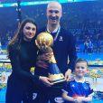 Thierry Omeyer avec ses enfants Manon et Loris et le trophée de champion du monde à l'issue de la finale du Mondial 2017 de handball à Paris, photo partagée sur Facebook et Instagram le 30 janvier 2017.