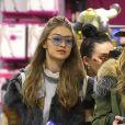 Gigi Hadid fait du shopping avec sa sœur Alana Hadid dans les rues de New York, le 12 février 2017.
