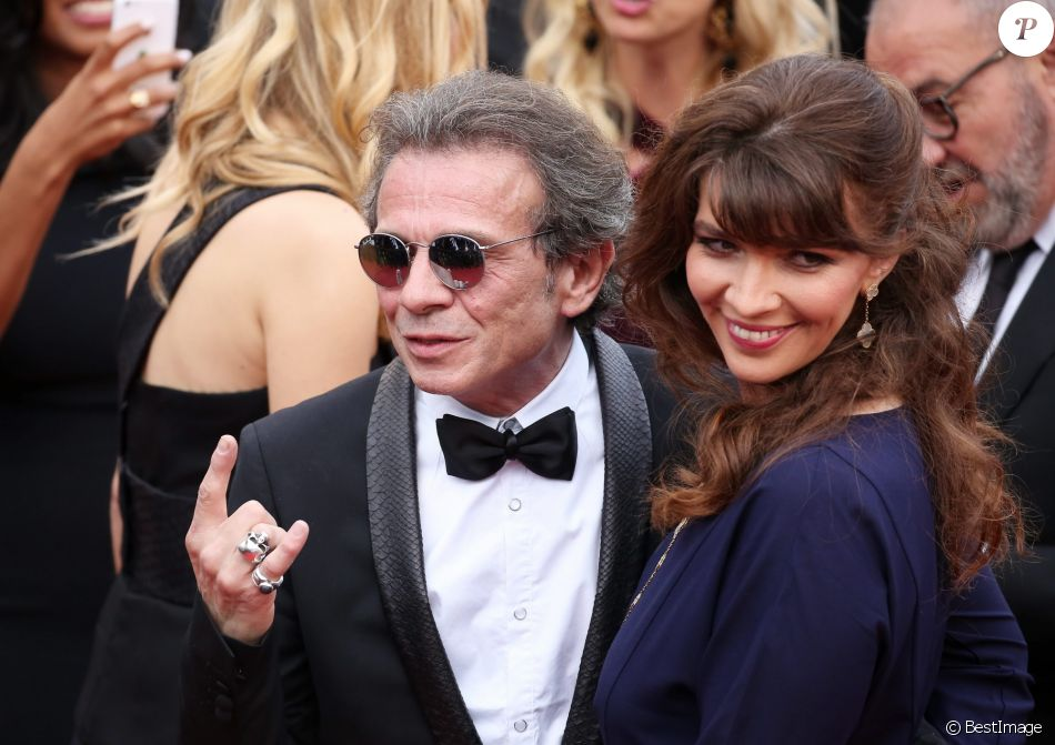 "Philippe Manoeuvre et sa femme Candice de la Richardière (bijoux Van Cleef & Arpels) - Montée des marches du film ""Mad Max : Fury Road"" lors du 68e Festival International du Film de Cannes, le 14 mai 2015."