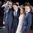 "James Gray, Robert Pattinson, Sienna Miller et Charlie Hunnam à la première de ""The Lost City of Z"" à Londres, le 16 février 2017."