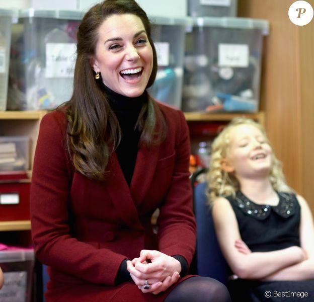 Kate Middleton, duchesse de Cambridge, a rencontré l'équipe d'intervention familiale à Caerphilly au Pays de Galles le 22 février 2017 et rencontré des enfants souffrant de problèmes émotionnels ou mentaux en sa qualité de nouvelle marraine d'Action for Children.