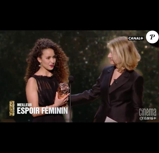 Oulaya Amamra reçoit le César du meilleur espoir féminin pour Divines, le 24 février 2017