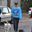 Amanda Bynes se balade avec ses parents et ses chiens a Thousand Oaks, le 7 decembre 2013
