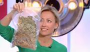 """Anne-Sophie Lapix écoeurée par le cadeau de Michel Cymes dans """"C à vous"""" sur France 5. le 27 février 2017."""