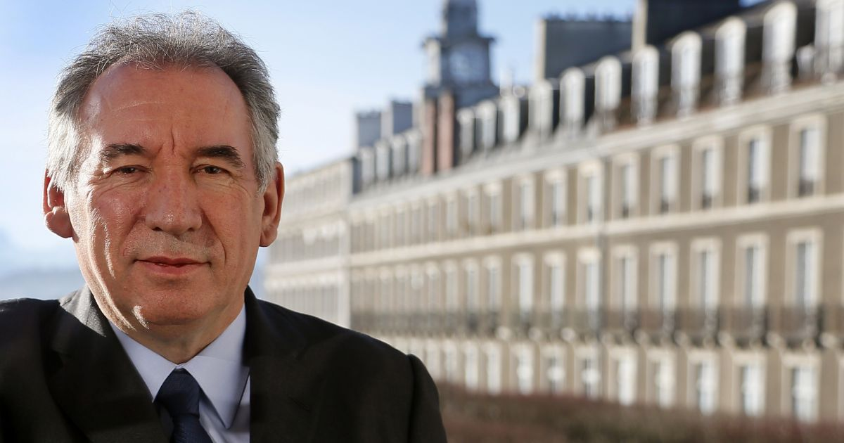 exclusif fran ois bayrou maire de pau pr sident du modem dans son bureau la mairie de pau. Black Bedroom Furniture Sets. Home Design Ideas