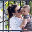 Anne Hathaway et son fils  Jonathan dans un parc de Brooklyn à New York le 19 octobre 2016