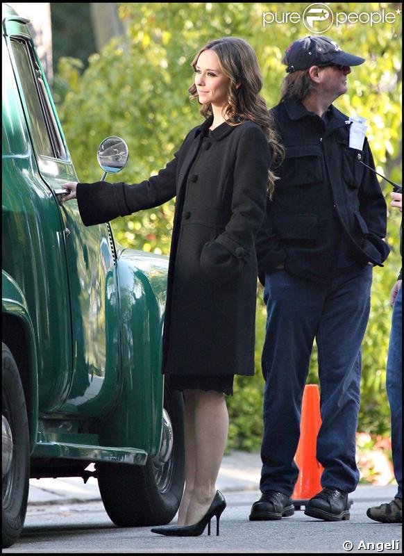 Jennifer Love Hewitt, sur le tournage de Ghost Whisperer, est apparue souriante malgré sa récente séparation