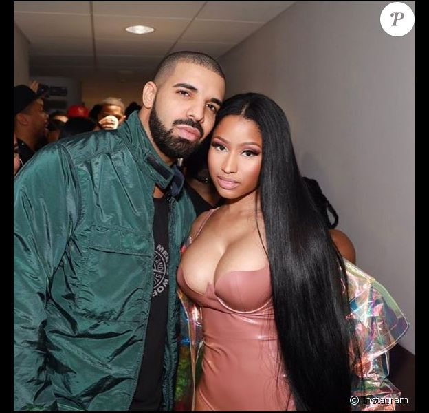 Nicki Minaj pose avec Drake dans les coulisses de son concert à l'AccorHotels Arena, à Paris, le 12 mars 2017.