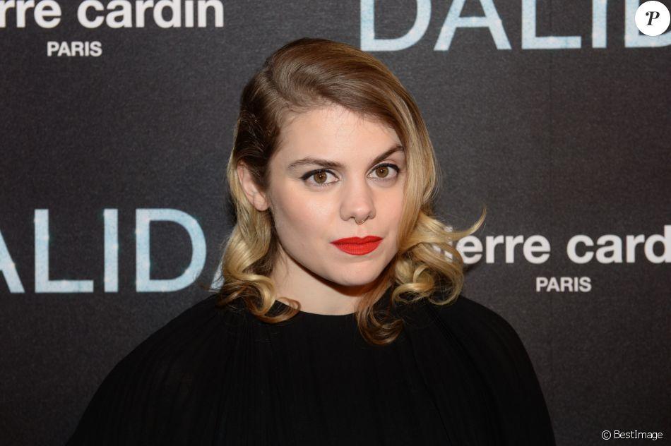 """Béatrice Martin, dite Coeur de Pirate - Avant-première du film """"Dalida"""" à L'Olympia, Paris le 30 novembre 2016."""