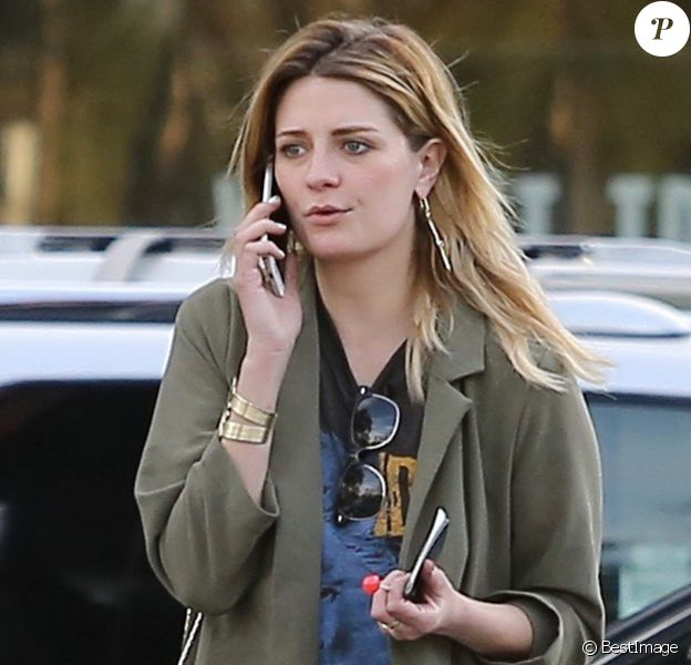 Mischa Barton se balade et téléphone dans les rues de Studio City le 5 mars 2017
