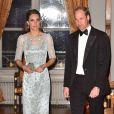 """Kate Middleton, duchesse de Cambridge, sensationnelle dans une robe bleu glacé Jenny Packham, et le prince William à leur arrivée pour le dîner donné à la résidence de l'ambassadeur de Grande-Bretagne à Paris le 17 mars 2017 en l'honneur de l'amitié franco-britannique (la campagne """"Les Voisins"""" était d'ailleurs lancée à cette occasion), dans le cadre de la visite officielle de deux jours du couple."""