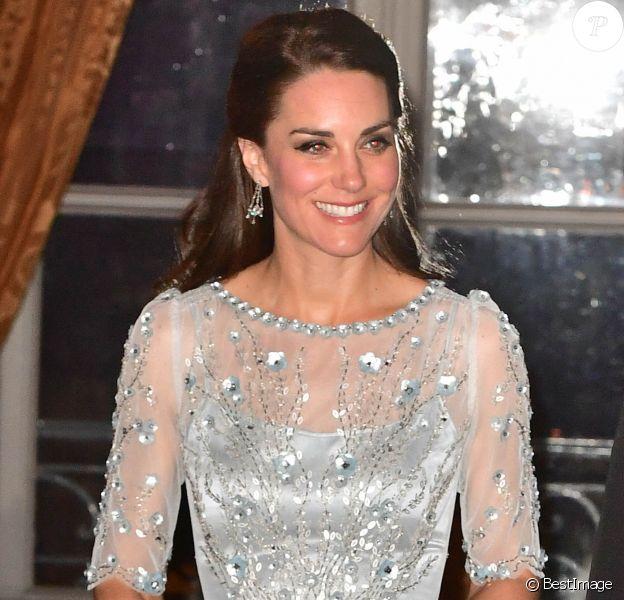 """Kate Middleton, duchesse de Cambridge, était somptueuse dans une robe bleu glacé Jenny Packham pour le dîner donné à la résidence de l'ambassadeur de Grande-Bretagne à Paris le 17 mars 2017 en l'honneur de l'amitié franco-britannique (la campagne """"Les Voisins"""" était d'ailleurs lancée à cette occasion), dans le cadre de sa visite officielle de deux jours avec le prince William."""
