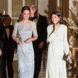 """La duchesse Catherine de Cambridge était fabuleuse dans une robe bleu glacé signée Jenny Packham pour le dîner donné à la résidence de l'ambassadeur de Grande-Bretagne à Paris le 17 mars 2017 en l'honneur de l'amitié franco-britannique et de la campagne """"Les Voisins"""" dans le cadre de la visite officielle de deux jours du couple."""