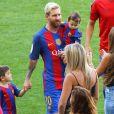 Lionel Messi avec sa femme Antonella et ses enfants Mateo et Thiago, au Camp Nou, à Barcelone le 20 Août 2016.
