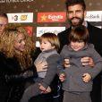 """Shakira, son compagnon Gerard Piqué et ses fils Milan et Sasha - Gérard Piqué reçoit un prix lors de la 5ème édition du """"Catalan football stars"""" à Barcelone, Espagne, le 28 novembre 2016."""