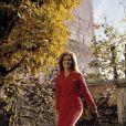 Archives - En France, à Paris, Dalida chez elle sautant à l'élastique en octobre 1973.