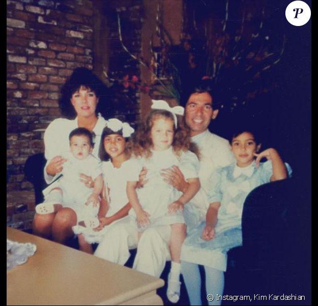 """""""Squad"""", écrit Kim Kardashian en légende de cette photo d'archive de la famille Kardashian. Mars 2017."""