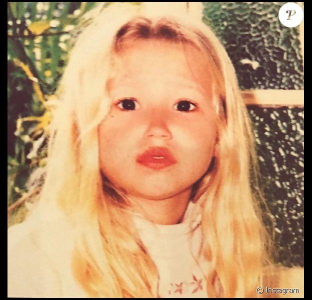Qui est cette fillette devenue chanteuse ?