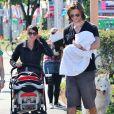 Jared Padalecki, sa femme Genevieve et leur fils Thomas se baladent dans les rues de Vancouver le 29 juillet 2012