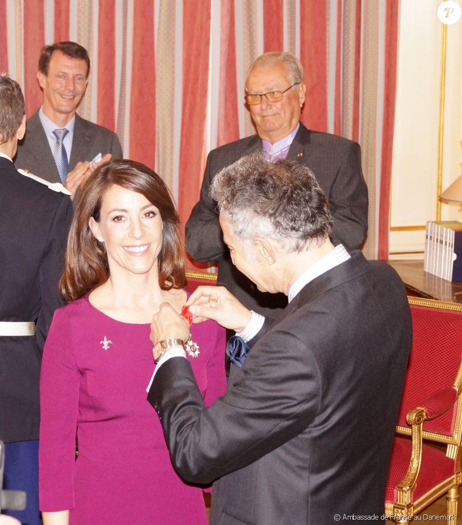 S.A.R. la princesse Marie de Danemark s'est vu remettre vendredi 7 avril 2017 les insignes de Grand officier dans l'ordre de la Légion d'honneur par l'ambassadeur de France au Danemark, François Zimeray, au cours d'une cérémonie à l'ambassade à Copenhague. Le prince Joachim, époux de la princesse, et le prince Henrik, mari (lui-même d'origine française) de la reine Margrethe II, étaient présents (ici en arrière-plan). Photo produite avec l'aimable autorisation de l'ambassade de France au Danemark. ©  Ambassade de France au Danemark
