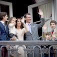La princesse Marie, le prince Joachim de Danemark, et leurs enfants, le prince Nikolaï, le prince Henrik, le prince Félix et la princesse Athéna - La famille royale de Danemark salue la foule à l'occasion du 76e anniversaire de la reine Margrethe depuis le balcon du château Amalienborg à Copenhague. Le 16 avril 2016 16/04/2016 - Copenhague