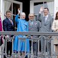 La princesse Mary, le prince Frederik, la reine Margrethe II, le prince Henrik, le prince Joachim et la princesse Marie de Danemark - La famille royale de Danemark salue la foule à l'occasion du 76ème anniversaire de la reine Margrethe depuis le balcon du château Amalienborg à Copenhague. Le 16 avril 2016 16/04/2016 - Copenhague