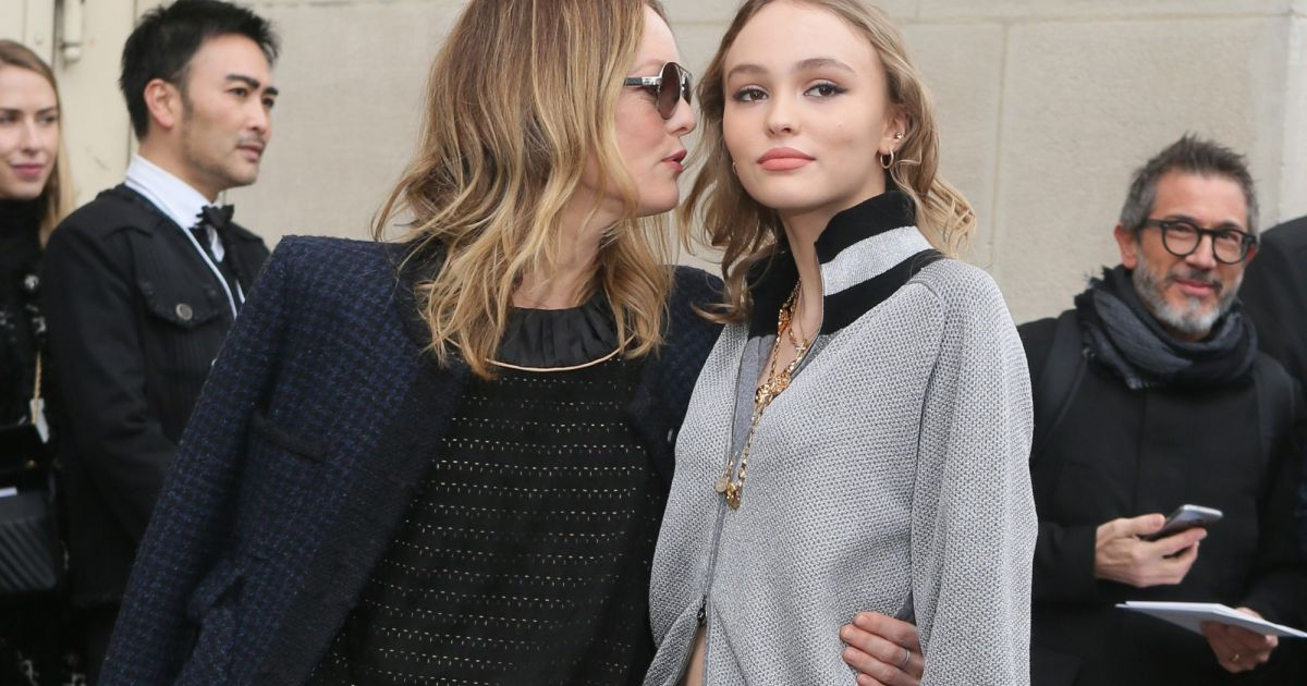 vanessa paradis et sa fille lily rose depp arriv es au d fil de mode pr t porter automne. Black Bedroom Furniture Sets. Home Design Ideas