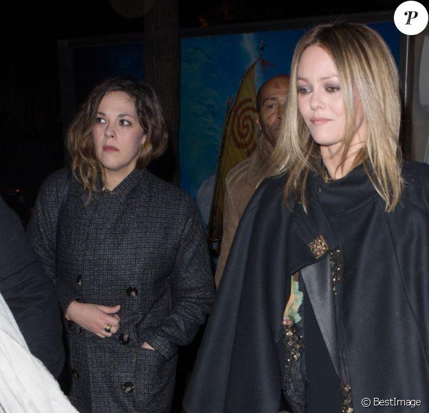 """Semi-Exclusif - Lily-Rose Depp arrive à l'avant-première du film """"Planetarium"""" avec sa mère Vanessa Paradis, sa tante Alysson Paradis et son compagnon Guillaume Gouix au Grand Rex à Paris, le 8 novembre 2016."""