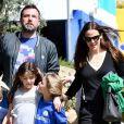 Ben Affleck et Jennifer Garner se baladent en famille avec leurs enfants Violet, Seraphina et Samuel dans les rues de Pacific Palisades le 26 mars 2017