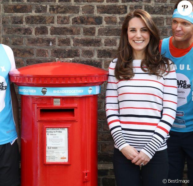 Kate Middleton et Alex Stanley ont mis un bandeau Heads Together sur mesure à une boîte à lettres de la Royal Mail. La duchesse de Cambridge recevait le 19 avril 2017 au palais de Kensington les coureurs de l'équipe Heads Together qui disputeront le 23 avril le marathon de Londres pour aider l'organisation dans son combat pour faire tomber le tabou de la santé mentale.